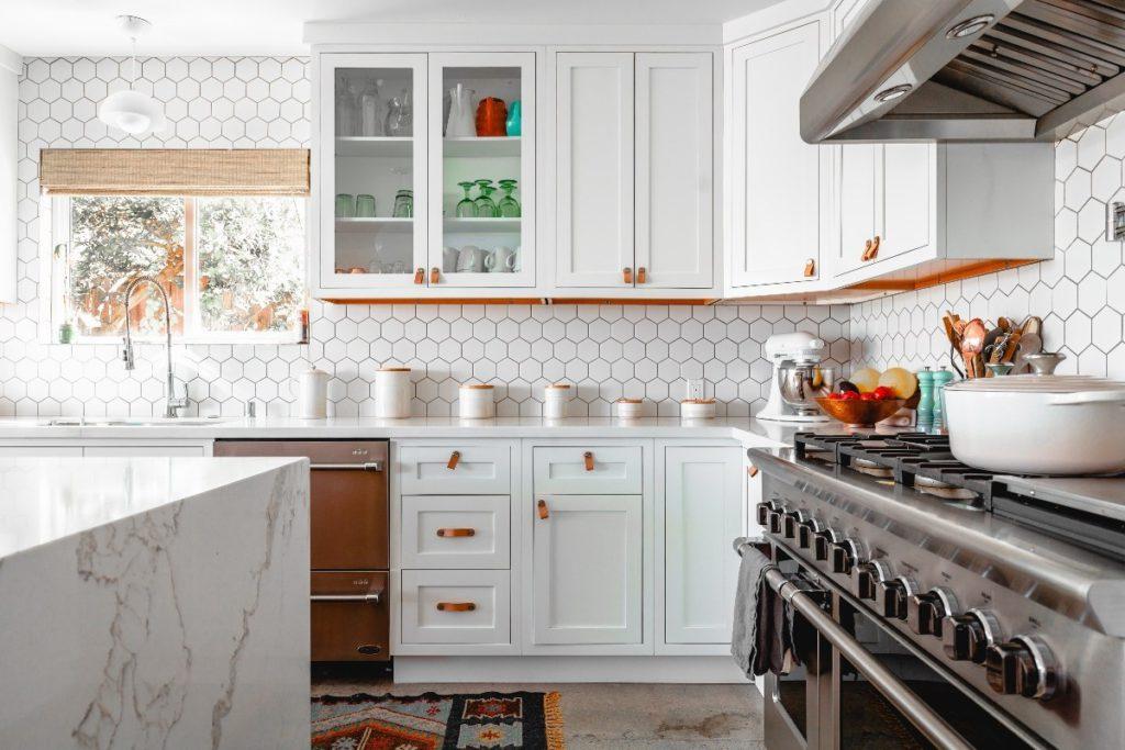 แต่งห้องครัวให้ดูกว้าง ด้วยการคุมโทนสีของห้องให้สว่าง