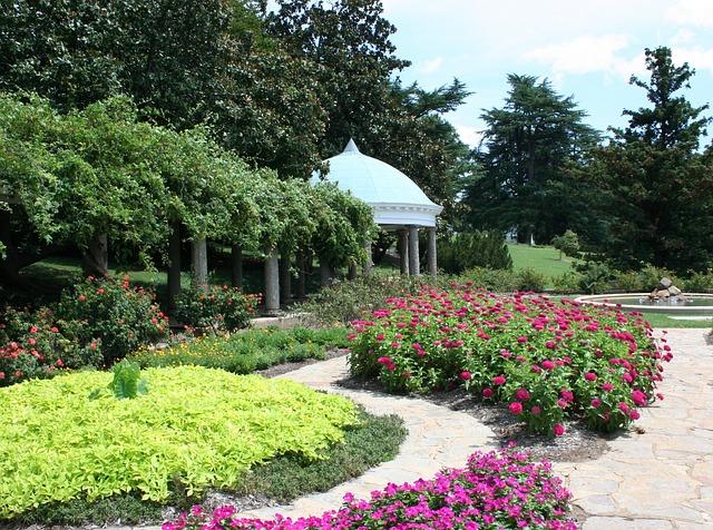 การจัดสวนสวย - ด้วยไม้ดอกหลากสีสัน ได้ความฉุ่มชื่นและสดใสให้บ้าน