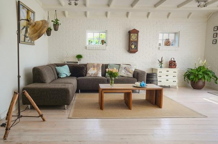 การตกแต่งด้วยงานไม้ และวัสดุจากธรรมชาติ ทั้งไม้สีอ่อนและสีเข้ม คือ องค์ประกอบภายในบ้าน ที่เป็นความคลาสสิค