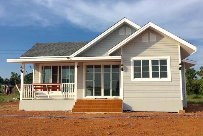 การสร้างบ้านในสไตล์วินเทจ แบบชั้นเดียว ที่มีการทาสีบริเวณรอบบ้านให้เป็นโทนสีขาวดูสะอาดตา