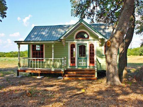 บ้านตากอากาศหลังเล็กทรงสวยสีเขียวน่ารักๆ